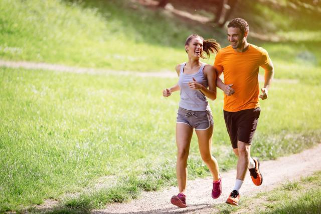 Une femme et un homme faisant du jogging dehors