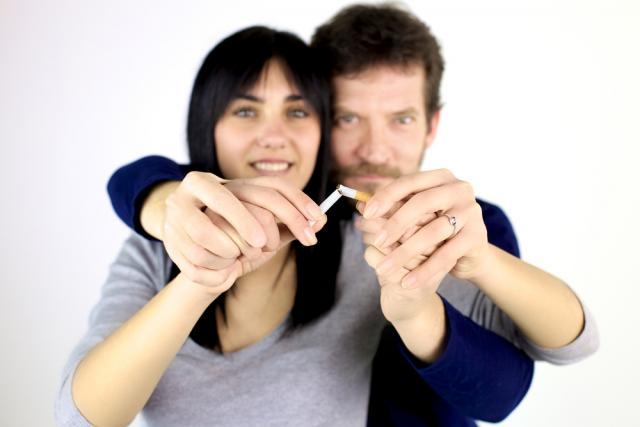 Un homme et une femme brisant une cigarette ensemble