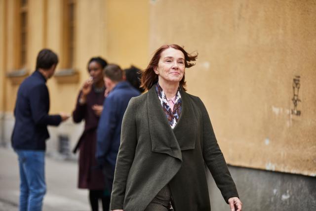 Photo d'une femme qui marche avec d'autres personnes en arrière-plan